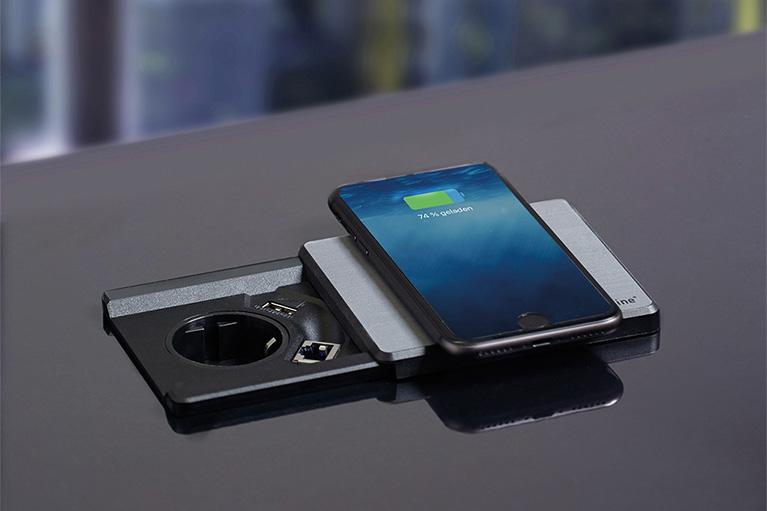 Smartphone wird auf Square80 induktiv geladen